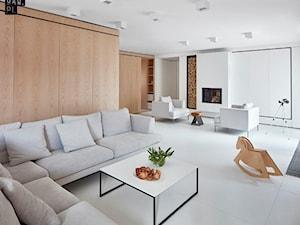 Biel i drewno w prostych formach - Średni biały salon z jadalnią, styl minimalistyczny - zdjęcie od 81.WAW.PL