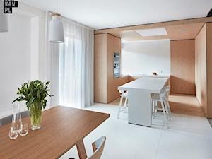 Biel i drewno w prostych formach - Średnia otwarta biała jadalnia w kuchni, styl minimalistyczny - zdjęcie od 81.WAW.PL