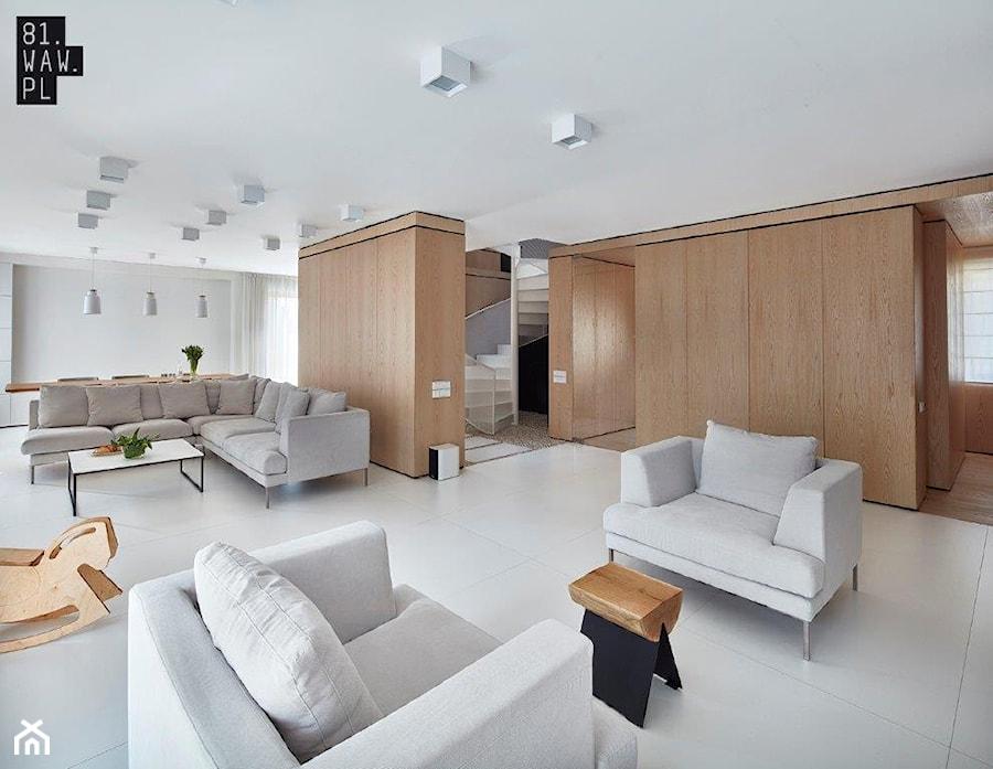 Biel i drewno w prostych formach - Duży biały salon z jadalnią, styl minimalistyczny - zdjęcie od 81.WAW.PL