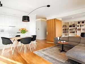 """Mieszkanie z """"ukrytym' gabinetem - Średnia otwarta biała jadalnia w kuchni, styl minimalistyczny - zdjęcie od 81.WAW.PL"""