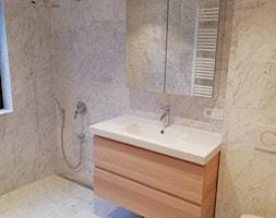 Realizacje - Mała łazienka w bloku w domu jednorodzinnym z oknem - zdjęcie od MK Dom - Homebook
