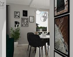 Mieszkanie w zieleni - Mała zamknięta szara jadalnia jako osobne pomieszczenie - zdjęcie od DOBRY UKŁAD-Sandra Białkowska