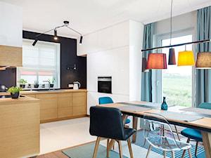 Studio Anmar Zwoleń - Duża biała czarna kuchnia w kształcie litery l w aneksie z oknem, styl nowoczesny - zdjęcie od Max Kuchnie