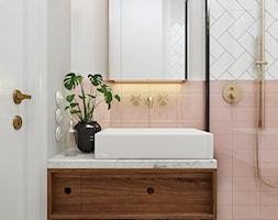 Piggy pink! - Mała biała łazienka w bloku w domu jednorodzinnym bez okna, styl vintage - zdjęcie od NSKY architekci