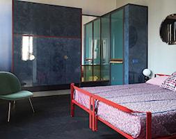 Wnętrze weneckiej kamienicy - Mała beżowa sypialnia małżeńska, styl eklektyczny - zdjęcie od JUNG Polska - Homebook