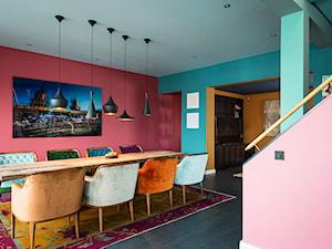 Aranżacje - Duża otwarta różowa turkusowa jadalnia jako osobne pomieszczenie, styl vintage - zdjęcie od JUNG Polska
