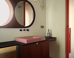 Wnętrze weneckiej kamienicy - Biała szara łazienka w bloku w domu jednorodzinnym bez okna, styl ekl ... - zdjęcie od JUNG Polska - Homebook