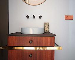 Wnętrze weneckiej kamienicy - Mała biała czarna łazienka w bloku w domu jednorodzinnym z oknem, sty ... - zdjęcie od JUNG Polska - Homebook
