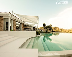 Taras połączony z basenem - Willa w Sardynii - zdjęcie od Lapitec Polska