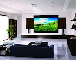 Projektory - Duży biały salon z bibiloteczką, styl nowoczesny - zdjęcie od EPSON - Homebook