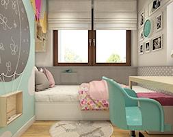 Trzy kąty - mieszkanie w Krakowie - Mały biały szary miętowy pokój dziecka dla dziewczynki dla ucznia dla malucha - zdjęcie od WERDHOME