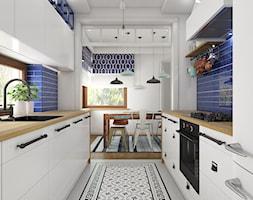 Z indygo - Średnia otwarta niebieska kuchnia w kształcie litery u dwurzędowa - zdjęcie od WERDHOME