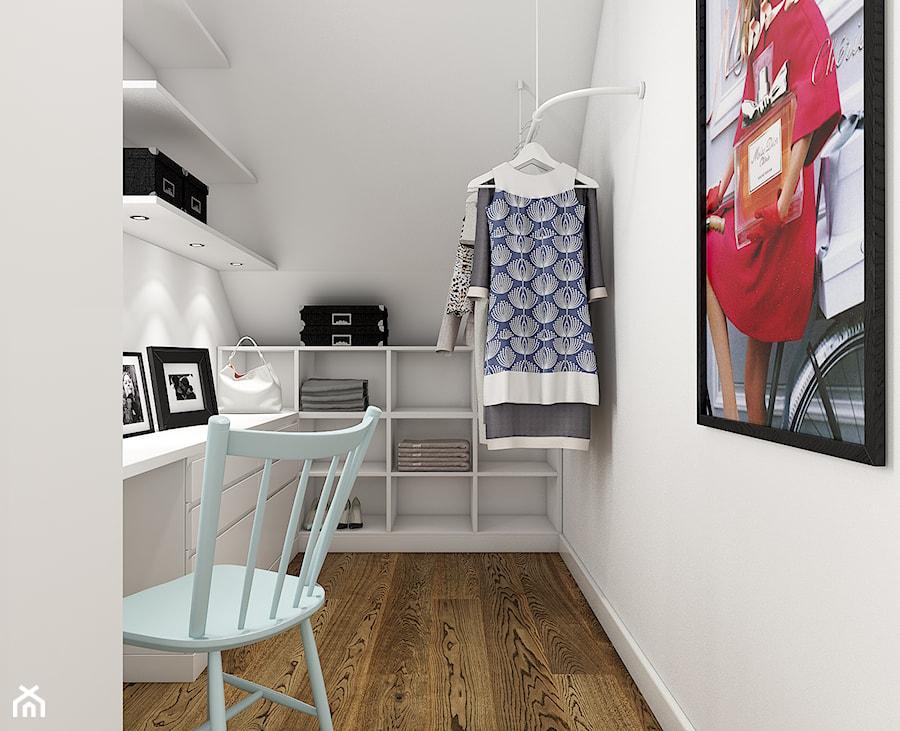Z indygo - Mała zamknięta garderoba przy sypialni na poddaszu - zdjęcie od WERDHOME