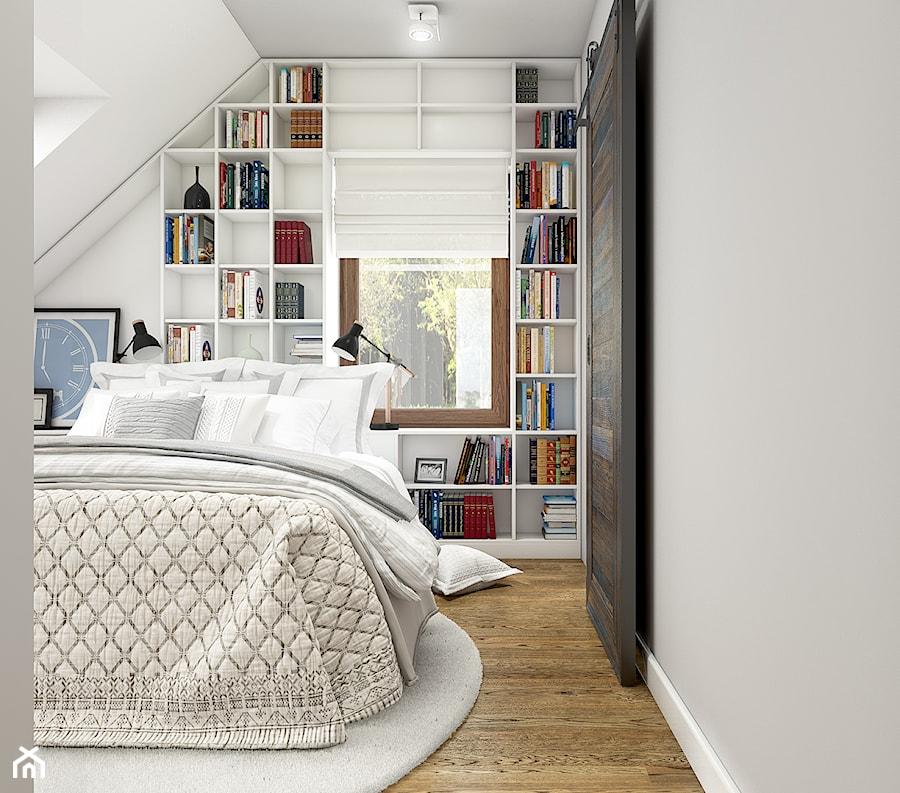Z indygo - Mała biała sypialnia małżeńska na poddaszu - zdjęcie od WERDHOME