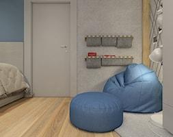 Dwa światy - Mały biały szary niebieski pokój dziecka dla chłopca dla nastolatka, styl nowoczesny - zdjęcie od WERDHOME