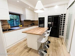 DOM W MIEŚCIE - Średnia zamknięta biała brązowa kuchnia w kształcie litery u z wyspą - zdjęcie od HOUSE DESIGN