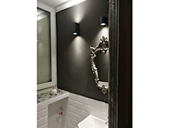 Płytki cementowe na parapecie w łazience