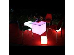 Świecący sześcian LED jako stolik..