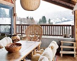 Zimowa weranda - Duży taras z tyłu domu rustykalny, styl rustykalny - zdjęcie od KarinaPe