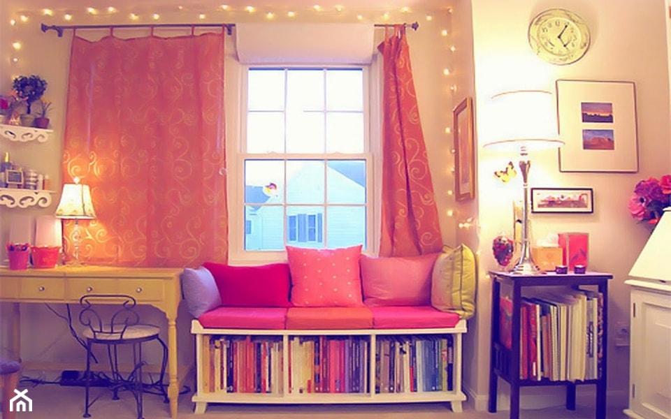 żółte biurko, różowe zasłony, różowe poduszki, metalowe krzesło, siedzisko z półką na książki