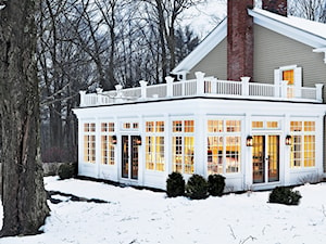 Zimowa weranda - jak stworzyć modną i przytulną aranżację na mroźne dni?