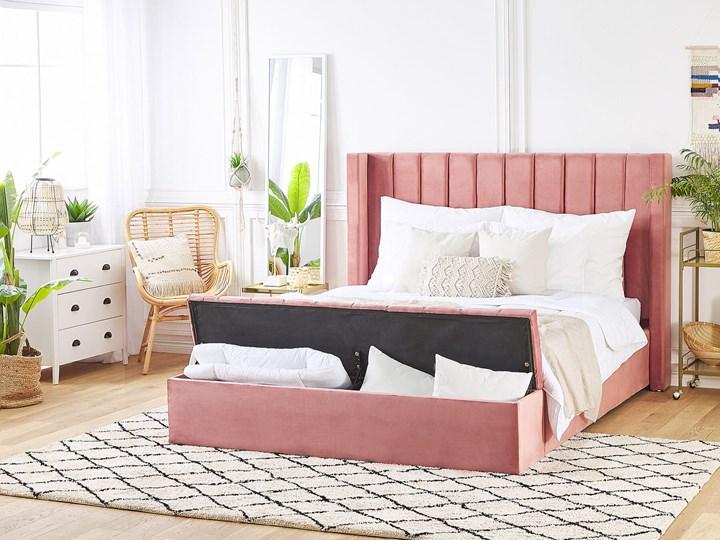 Łóżko ze stelażem różowe welurowe 160 x 200 cm wysokie wezgłowie z ławką skrzynią Łóżko tapicerowane Kolor Różowy