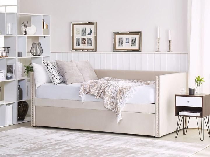 Łóżko wysuwane jasnobeżowe welurowe 80 x 200 cm ze stelażem leżanka ozdobne ćwieki glamour Łóżko tapicerowane Kolor Beżowy