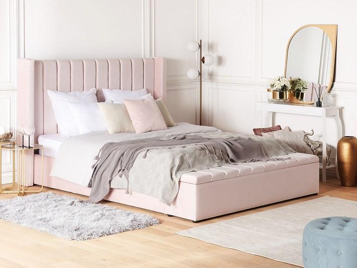 Łóżko ze stelażem pastelowy róż welurowe 160 x 200 cm wysokie wezgłowie z ławką skrzynią Kategoria Łóżka do sypialni Łóżko tapicerowane Kolor Różowy
