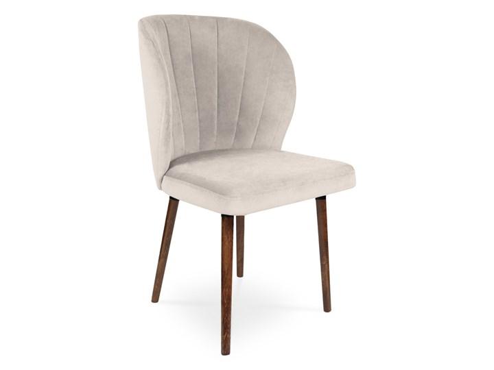 Bettso Krzesło tapicerowane SANTI velvet beżowy / PA02 Metal Głębokość 45 cm Szerokość 51,5 cm Głębokość 48 cm Wysokość 47 cm Wysokość 87 cm Drewno Tkanina Szerokość 87 cm Szerokość 58 cm Głębokość 56 cm Wysokość 86 cm Styl Glamour