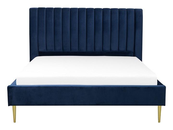 Łóżko ze stelażem niebieskie tapicerowane welurem złote nóżki 160 x 200 cm wysokie wezgłowie retro design Kategoria Łóżka do sypialni Łóżko tapicerowane Kolor Granatowy