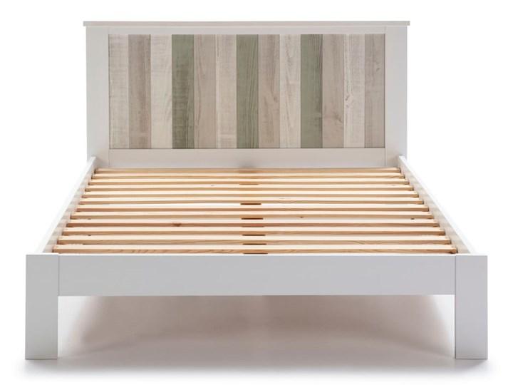 Biała łóżko z nogami z drewna sosnowego Marckeric Maude, 140x200 cm Kategoria Łóżka do sypialni Kolor Biały