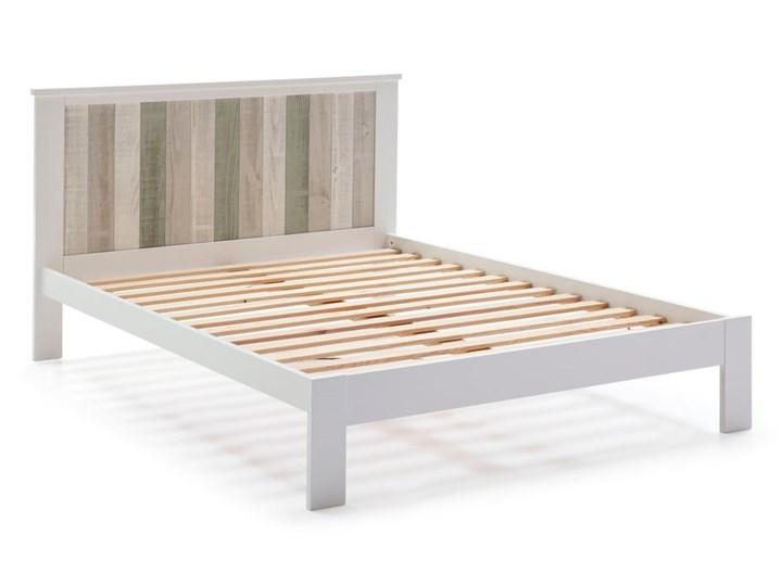 Biała łóżko z nogami z drewna sosnowego Marckeric Maude, 140x200 cm Kategoria Łóżka do sypialni