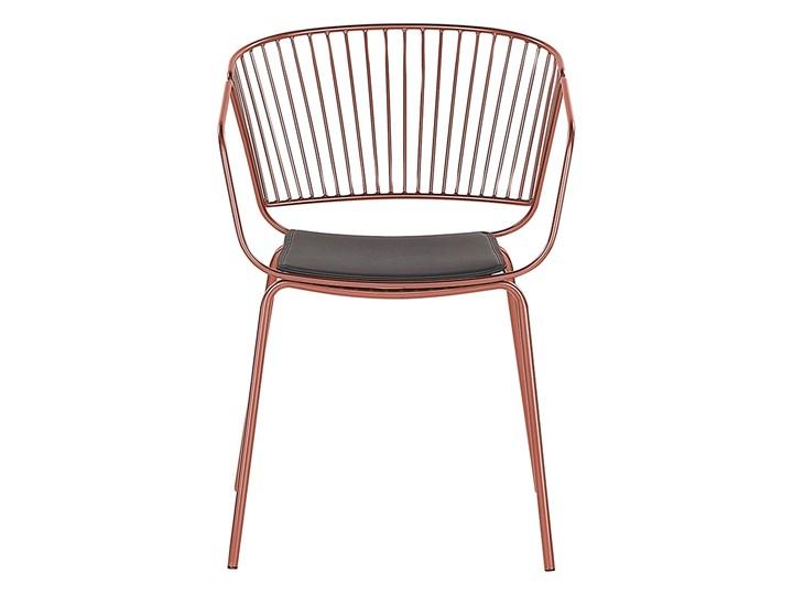 Zestaw 2 krzeseł miedzianych metalowych z czarnymi poduszkami na siedzisko z ekoskóry styl nowoczesny Tworzywo sztuczne Wysokość 77 cm Głębokość 49 cm Szerokość 54 cm Skóra ekologiczna Skóra Pomieszczenie Jadalnia