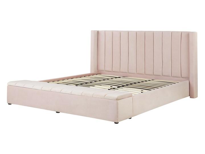 Łóżko ze stelażem pastelowy róż welurowe 180 x 200 cm wysokie wezgłowie z ławką skrzynią Łóżko tapicerowane Kategoria Łóżka do sypialni