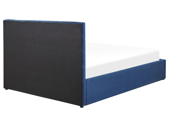 Łóżko ciemnoniebieskie welurowe 140 x 200 cm z pojemnikiem ze stelażem prostokątny zagłówek glamour Łóżko tapicerowane Kategoria Łóżka do sypialni Kolor Granatowy