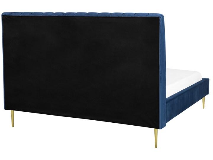Łóżko ze stelażem niebieskie tapicerowane welurem złote nóżki 160 x 200 cm wysokie wezgłowie retro design Łóżko tapicerowane Kategoria Łóżka do sypialni Kolor Granatowy