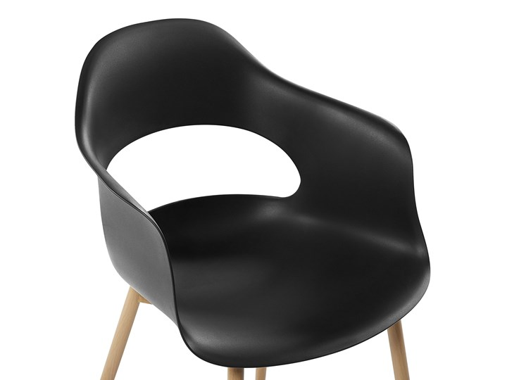 Zestaw 2 krzeseł czarnych plastikowych nóżki jasne drewno ozdobne do jadalni styl skandynawski Szerokość 54 cm Głębokość 47 cm Wysokość 81 cm Metal Tworzywo sztuczne Styl Nowoczesny