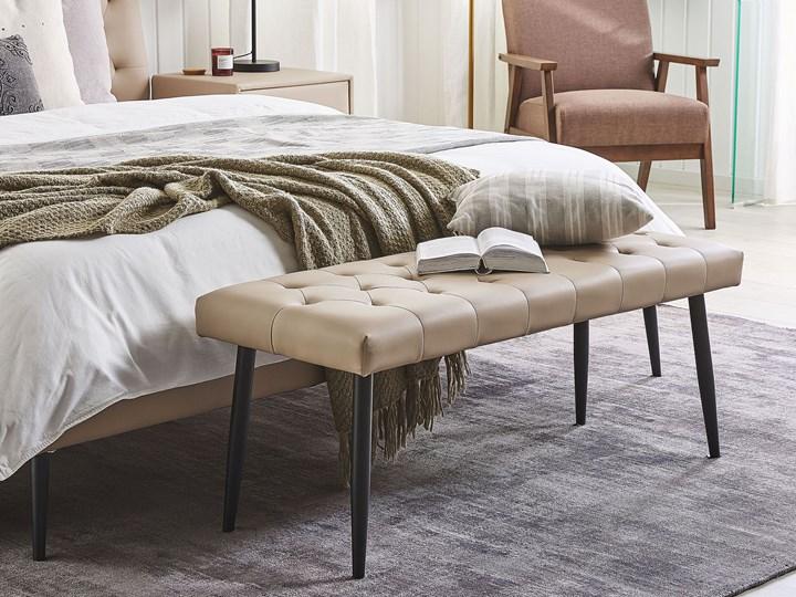 Ławka do sypialni ekoskóra beżowa nabijana guzikami ozdobna metalowe nogi Pomieszczenie Sypialnia Materiał nóżek Drewno