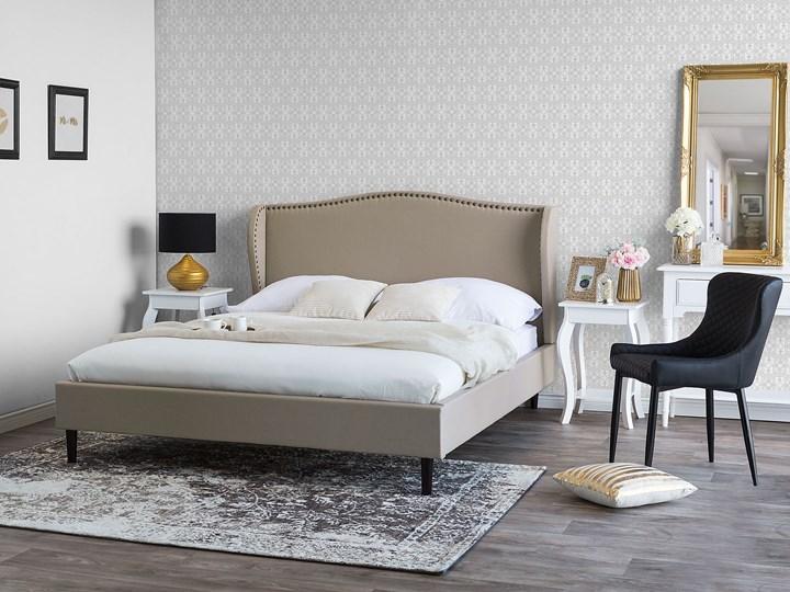 Łóżko ze stelażem tapicerowane beżowe 140 x 200 cm z zagłówkiem styl glamour Kategoria Łóżka do sypialni Łóżko tapicerowane Kolor Beżowy