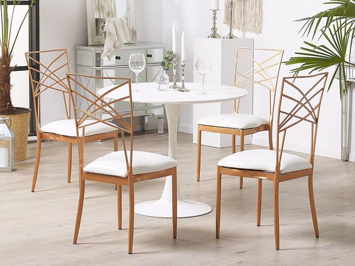 Zestaw 2 krzeseł złotych metalowych z białymi poduszkami na siedzisko z ekoskóry styl glamour Krzesło inspirowane Skóra Skóra ekologiczna Z podłokietnikiem Tkanina Tworzywo sztuczne Wysokość 91 cm Głębokość 42 cm Szerokość 41 cm Tapicerowane Styl Nowoczesny
