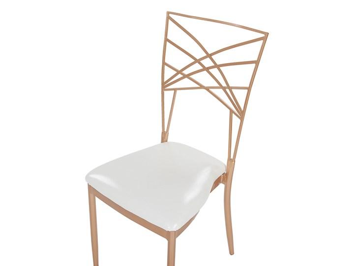 Zestaw 2 krzeseł złotych metalowych z białymi poduszkami na siedzisko z ekoskóry styl glamour Tworzywo sztuczne Skóra ekologiczna Krzesło inspirowane Wysokość 91 cm Tkanina Głębokość 42 cm Tapicerowane Z podłokietnikiem Szerokość 41 cm Skóra Pomieszczenie Salon