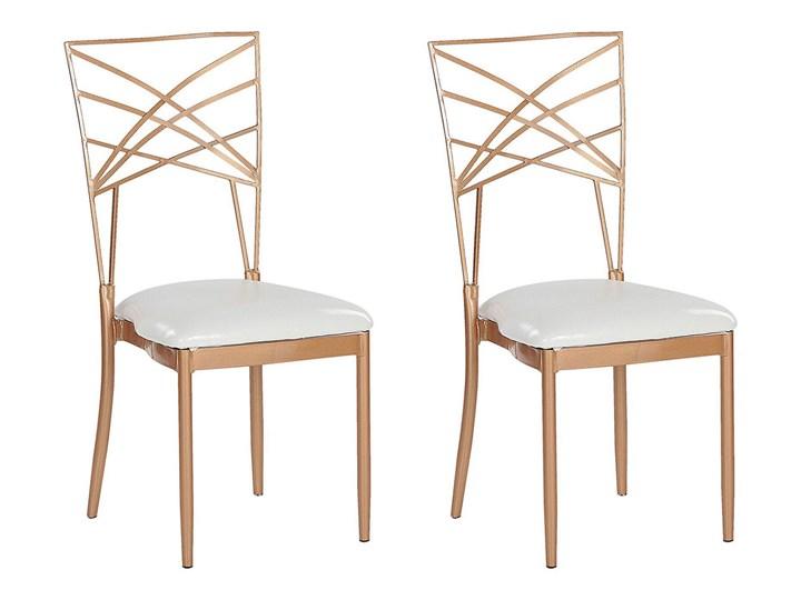 Zestaw 2 krzeseł złotych metalowych z białymi poduszkami na siedzisko z ekoskóry styl glamour Szerokość 41 cm Skóra ekologiczna Wysokość 91 cm Skóra Z podłokietnikiem Tworzywo sztuczne Głębokość 42 cm Krzesło inspirowane Tkanina Tapicerowane Pomieszczenie Salon