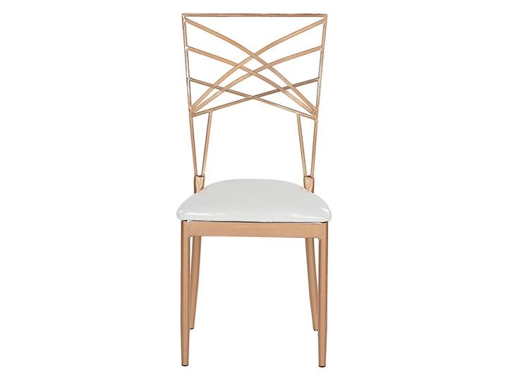 Zestaw 2 krzeseł złotych metalowych z białymi poduszkami na siedzisko z ekoskóry styl glamour Głębokość 42 cm Wysokość 91 cm Skóra ekologiczna Tworzywo sztuczne Tkanina Szerokość 41 cm Z podłokietnikiem Tapicerowane Krzesło inspirowane Skóra Pomieszczenie Salon