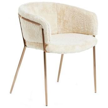 Krzesło Runnie z białym futrzanym obiciem z nogami stalowymi w złotym wykończeniu