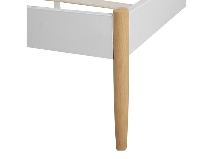 Łóżko białe metalowe z drewnianymi nogami 180 x 200 cm dwuosobowe ze stelażem i zagłówkiem styl retro skandynawski Łóżko metalowe Kolor Biały