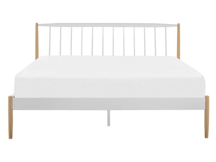 Łóżko białe metalowe z drewnianymi nogami 180 x 200 cm dwuosobowe ze stelażem i zagłówkiem styl retro skandynawski