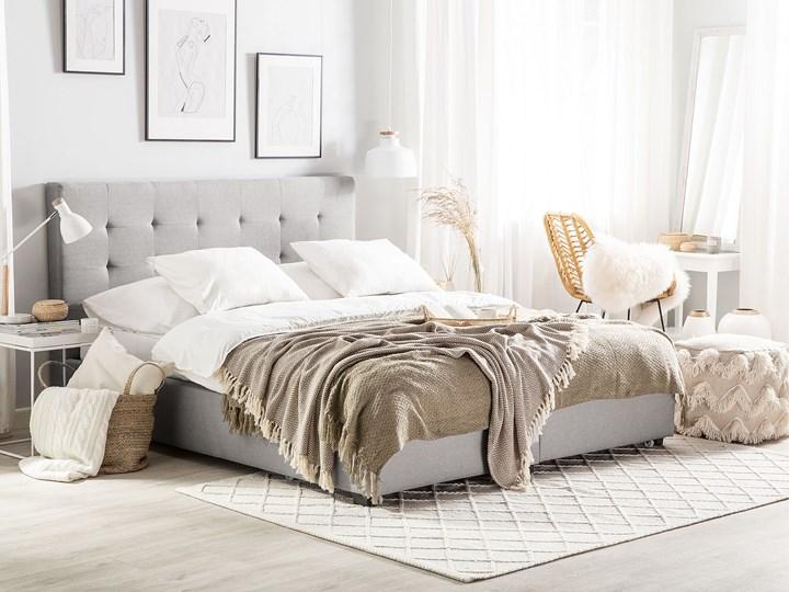 Łóżko jasnoszare tapicerowane 160 x 200 cm z pojemnikiem i stelażem pikowany zagłówek Kategoria Łóżka do sypialni Łóżko tapicerowane Kolor Szary