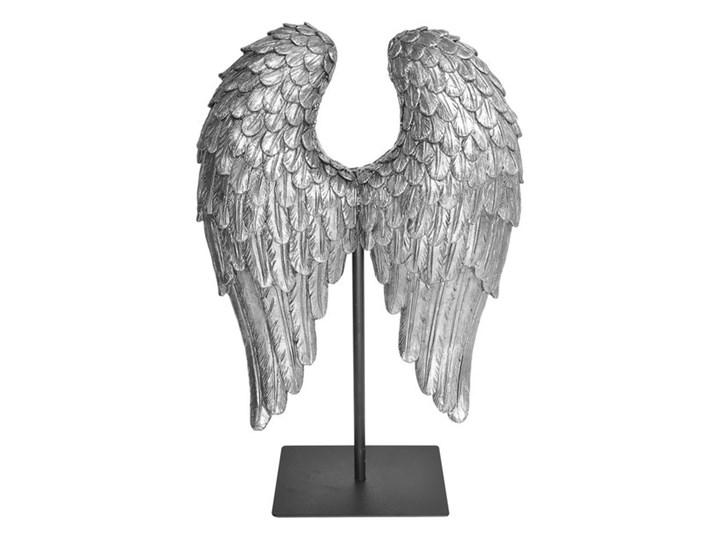 FIGURKA DEKORACYJNA NA CZARNYM POSTUMENCIE  WINGS SILVER 21X8X32CM Kolor Srebrny Kategoria Figury i rzeźby