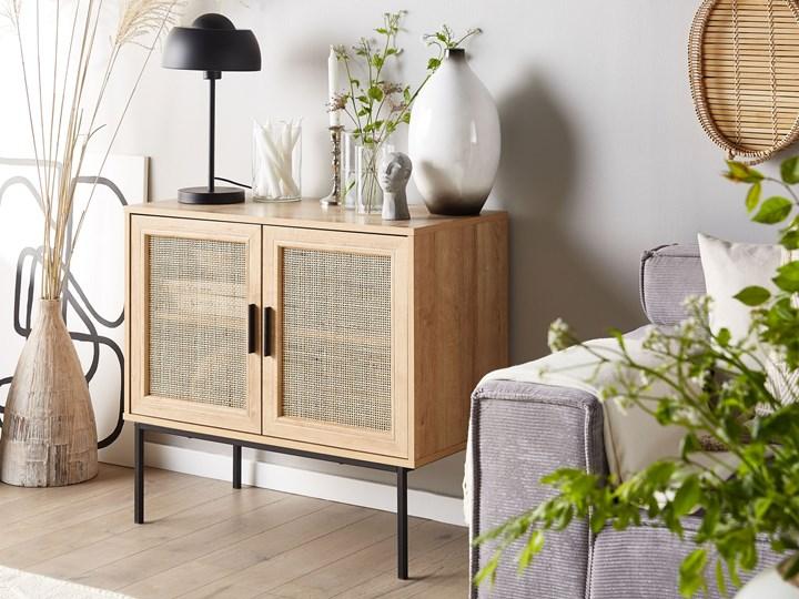 Komoda dwudrzwiowa jasne drewno rattanowy front 72 x 80 cm boho plecionka metalowe nogi Z szafkami Pomieszczenie Salon