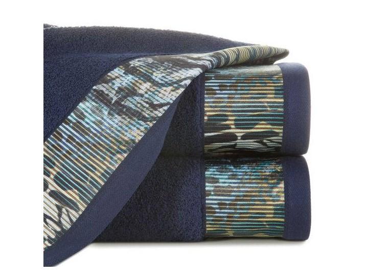 Ręcznik Eva Minge Carla granatowy w rozmiarze 70x140 z drukowaną bordiurą